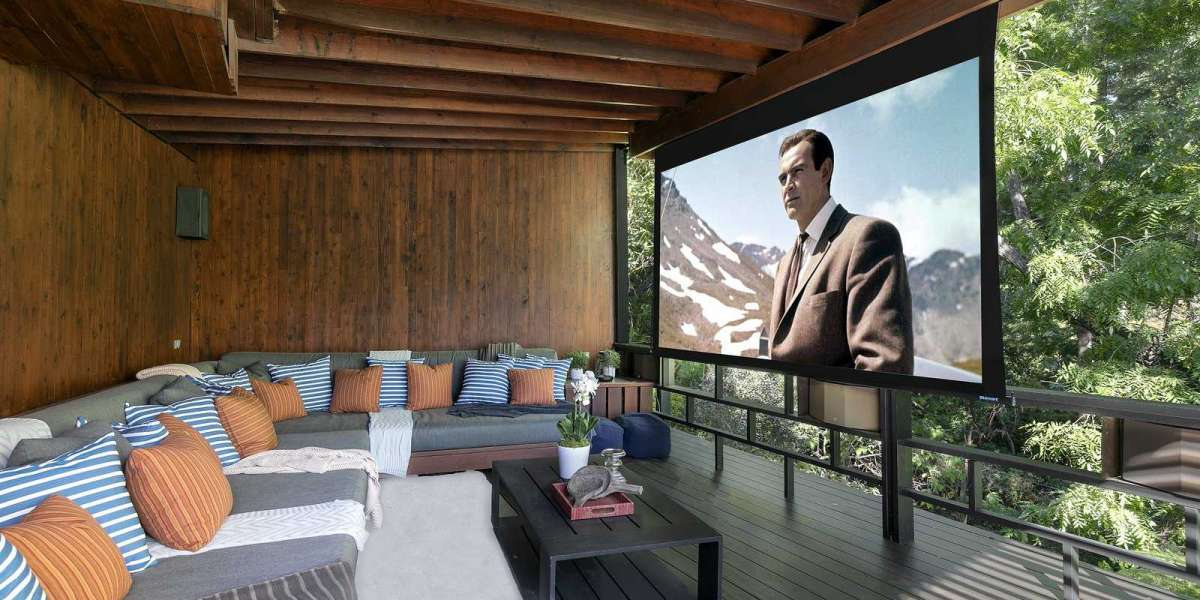 Open-air home cinema with a top-notch daylight projector